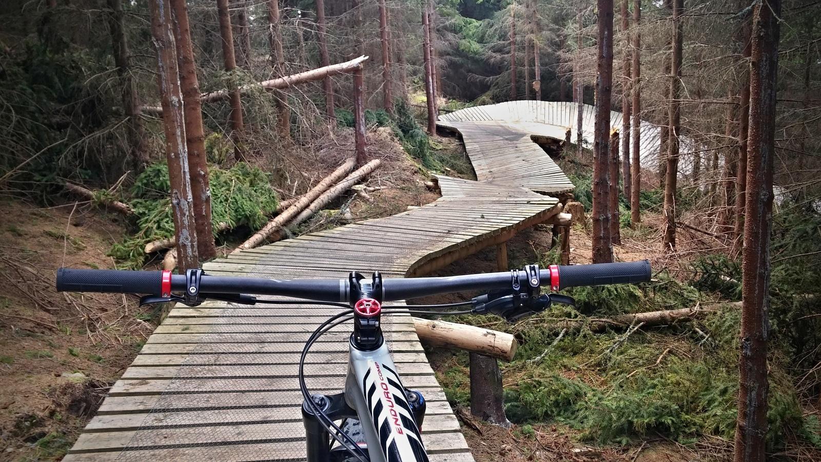 Skalní trail je občas zpestřen dřevěnými lávkami