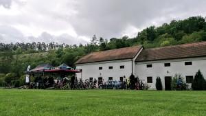 Hemžení cyklistů na testovačce