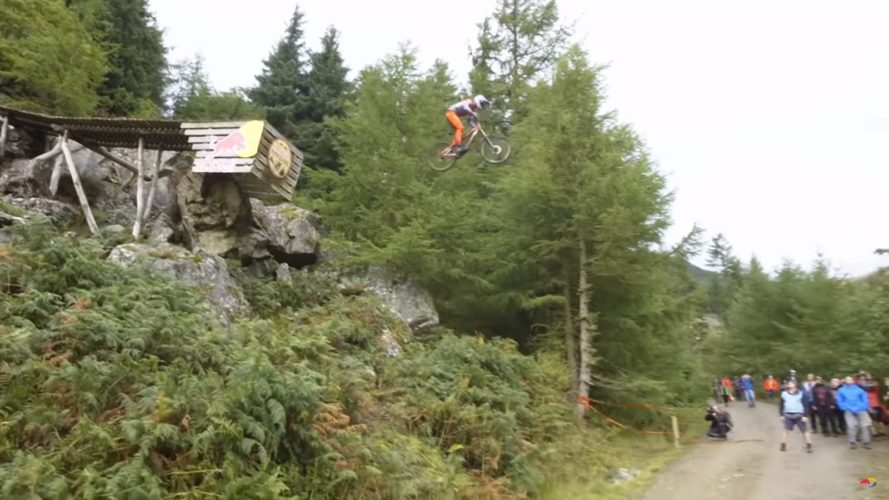 Nejtěžší sjezd na horských kolech, to je Hardline. Šílený závod pro pár odvážlivců