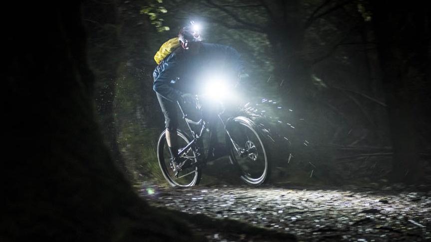 Světla na kolo: Účel splní i ta levná, ale nesmíte na ně zapomenout