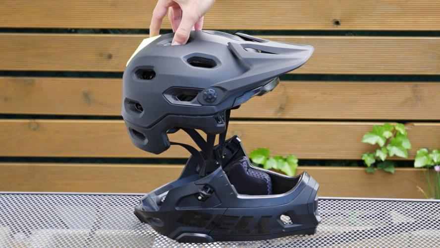 Něco do náročnějších terénů: Helma na kolo, která umí sundat bradu