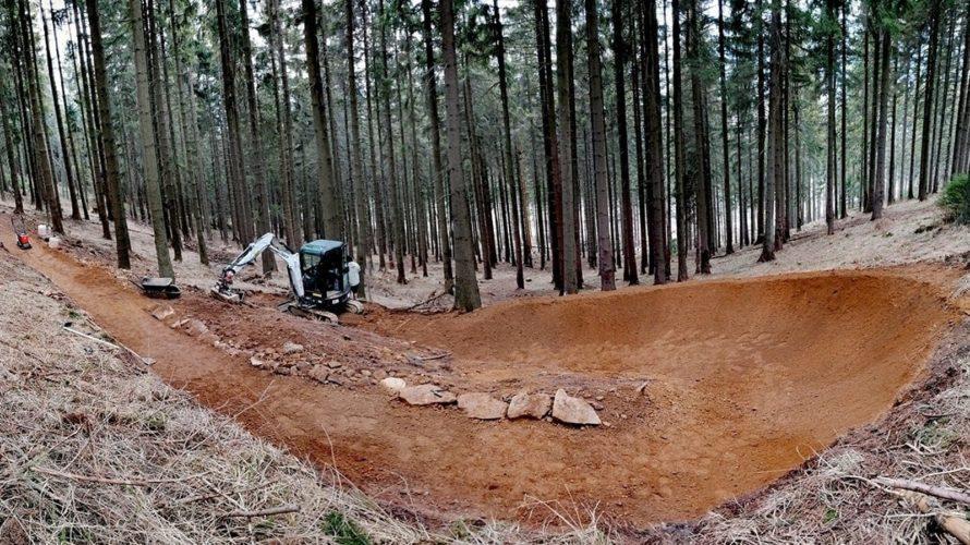 Lanovkou nahoru, na kole dolů: Na Dolní Moravě se staví nové traily
